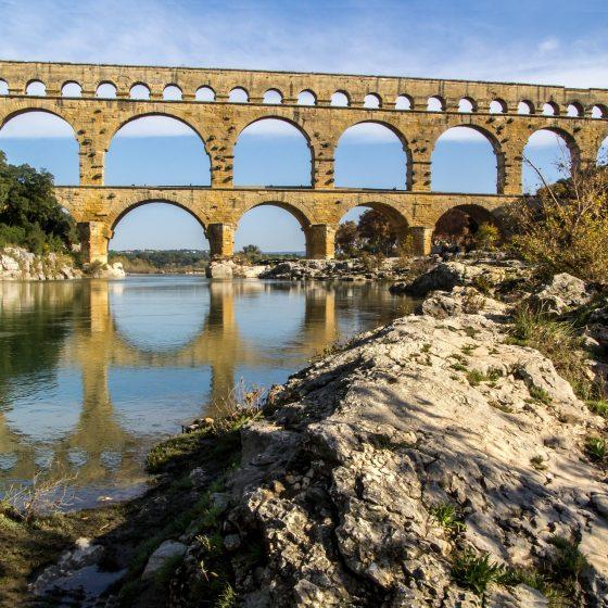 Pont du Gard vue depuis le fleuve en contrebas