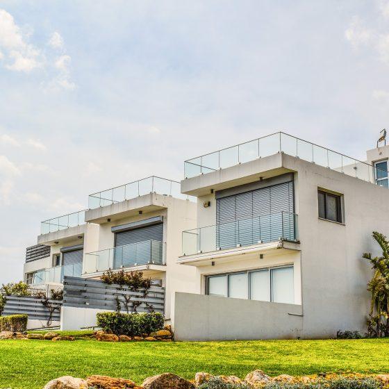 Résidence neuve et moderne sur un terrain arborée composée de plusieurs logements mitoyens