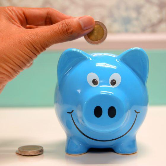 Locataire qui économise de l'argent pour payer son loyer