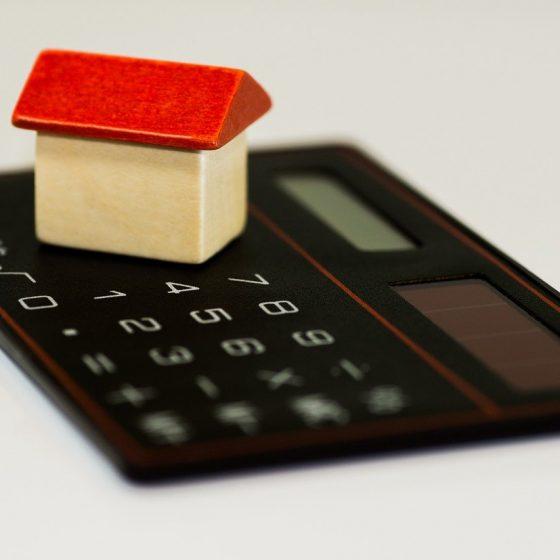 petite maison posée sur une calculatrice